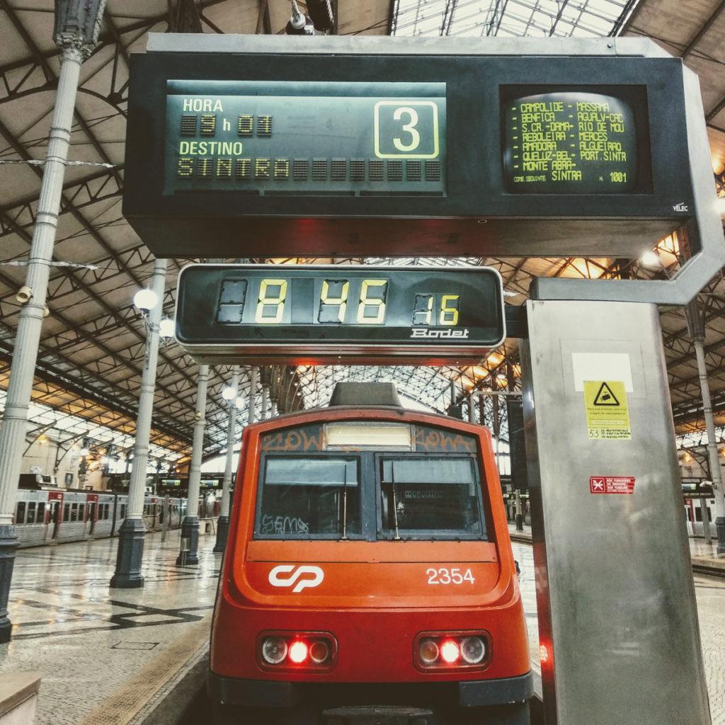 Treno in partenza per SIntra da Lisbona, stazione Rossio