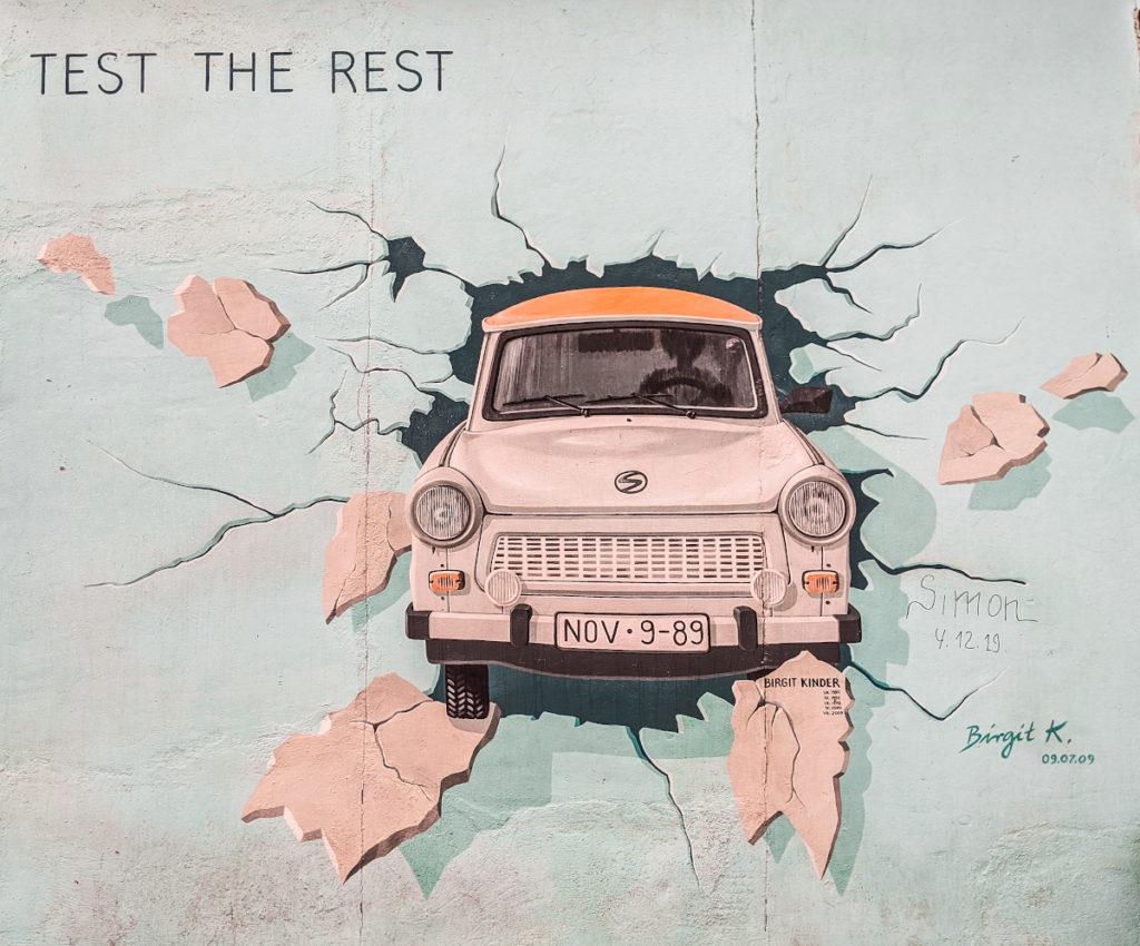 Uno dei graffiti del Muro di Berlino