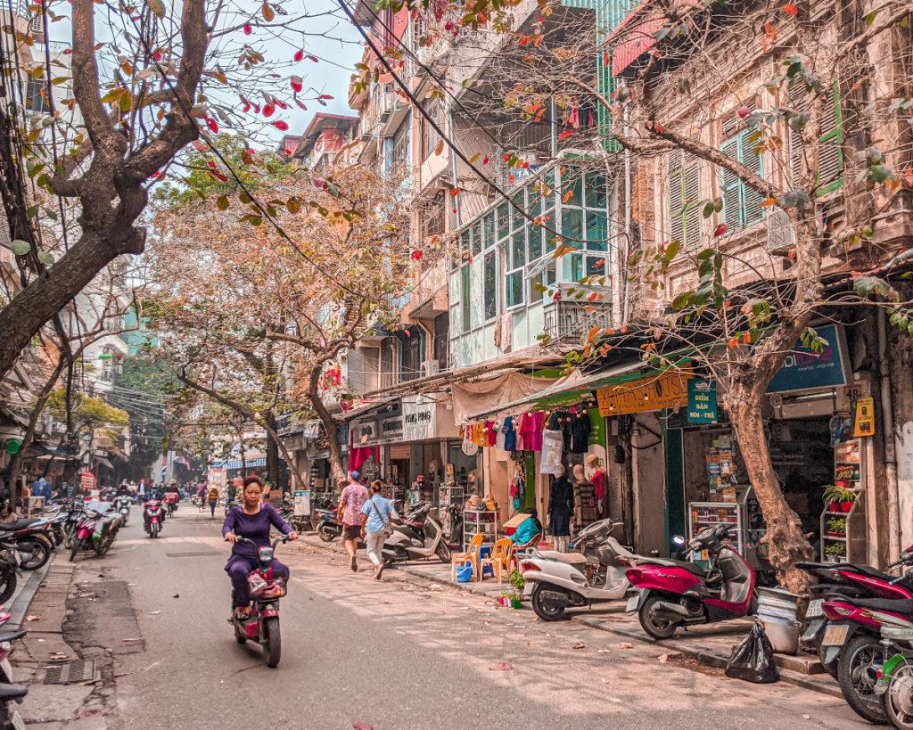 Una via del quartiere vecchio di Hanoi