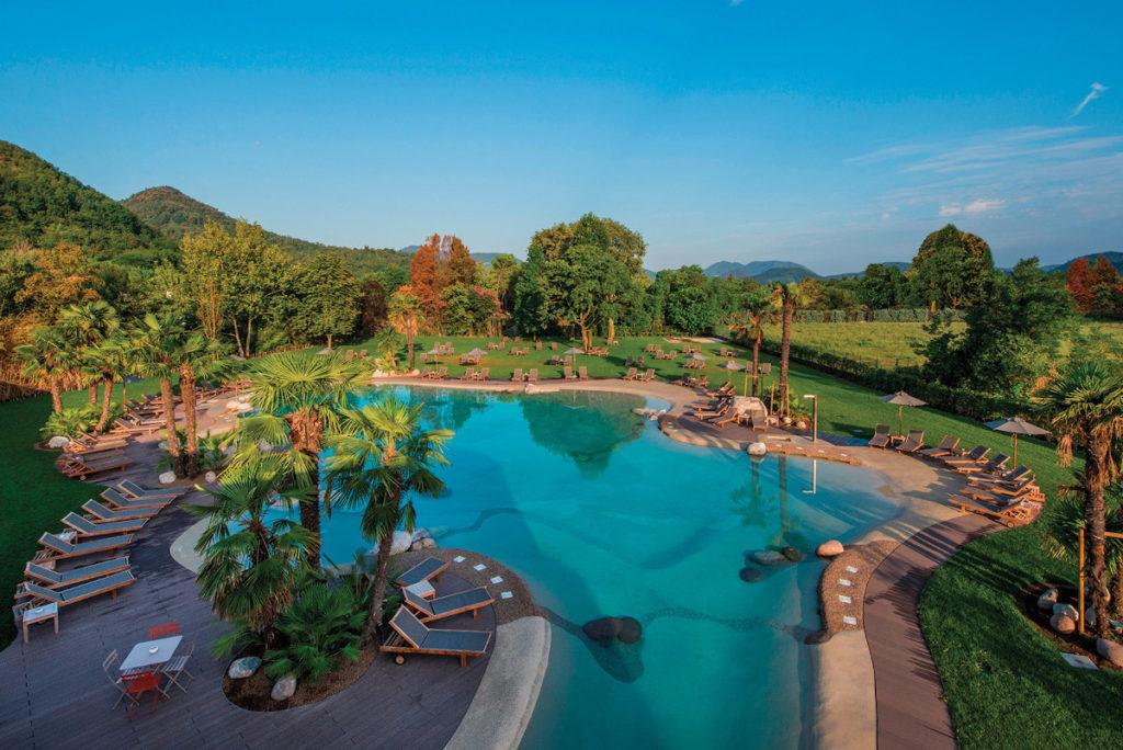 Il parco di due ettari e la piscina esterna di Terme di Relilax