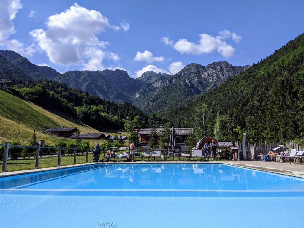 La piscina dei Ledro Mountain Chalets