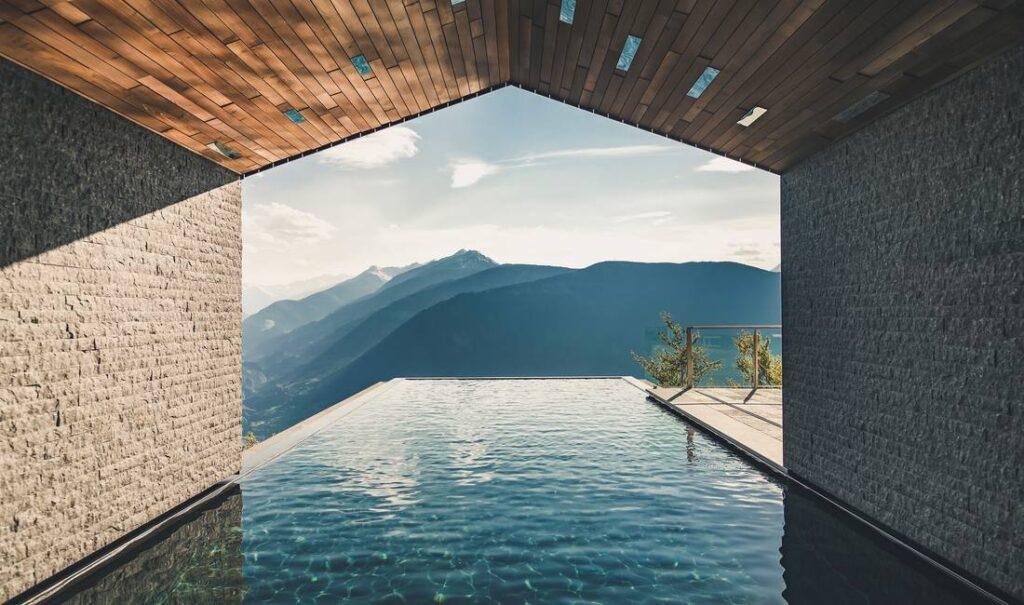 piscina a sfioro dolomiti